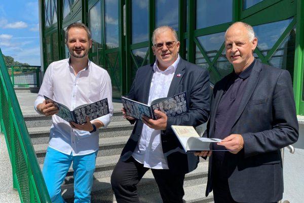 Buchpräsentation: VfB 91 Suhl ... eine Suhler Volleyballgeschichte (VfB-Präsident Dr. Guido Reinhardt, Autoren: Ulf & Jörn Greiser, Foto: Alex Becker)