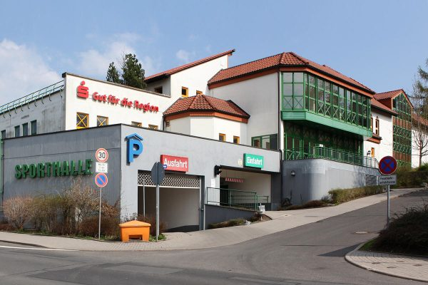 Sporthalle Wolfsgrube Suhl (Foto: Störfix, Wikimedia Commons)