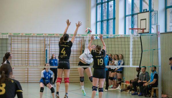 Verbandsliga Süd: Suhls Außenangreiferin Cora Strom (9) durchschlägt den Sonneberger Block . Sporthalle Suhl-Heinrichs 07.12.2019 (Foto: Tim Hoffmann)